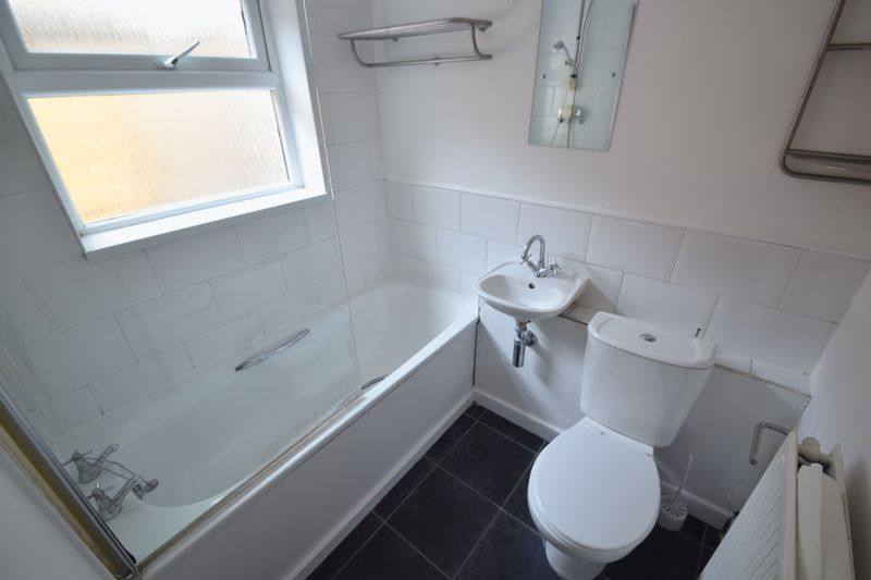 2 bedroom Mid Terrace to rent in Winsdon Road, Luton - Photo 4